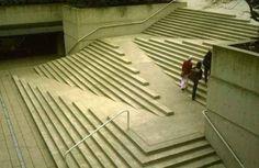 Esta rampa perfeitamente incorporada nestas escadas.