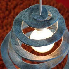 Una volta realizzata la spirale, collega il portalampada all'impianto elettrico. Puoi utilizzare la tua creazione come lampadario a sospensione, con un collegamento al soffitto, oppure, acquistando un