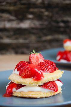 Erdbeeren auf Biskuitteig und eine lockeren Frischkäsecreme. Jetzt kann der Sommer kommen!
