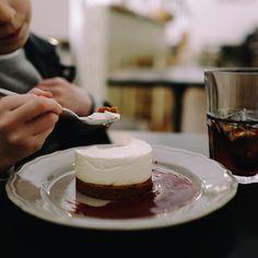 Suivez mon instagram en cliquant sur l'image. Follow me on Instagram ! Goûter chez Huguette maison de famille | Cheesecake : croustillant est dément et crème est 👍🏻 !!! Vous pouvez y aller, elle a bien vérifié avant de vous le recommander 😂 #bonneadresse #bonneadresseparis #paris6 #saintplacide #cheesecake #healthy (bon ok nous avons pris un coca aussi) #gouter #breakfast #pausegourmande #tropbon #yummy #repere #huguettemaisondefamille #mereetfille #instafood #coffee #whatelse