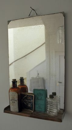 Den gamla spegeln med hylla, ställ Emmys puder, ngn gammal medicinburk... Men var?