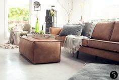 NIEUW   Stoere meubels en stijlvolle accessoires. Een robuuste leren bank op een industriële betonnen vloer. Door frisse groentinten en warme grijstonen in verschillende structuren te combineren met deze pure materialen, creëerden we een stoere maar huiselijke sfeer. De meubels en woonaccessoires zijn nu ook te verkrijgen in onze showroom. Naast badkamers en keukens denken wij graag mee met jullie voor een compleet interieuradvies.