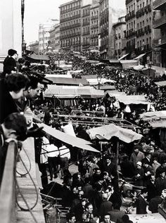 EL RASTRO 1966 Old Photography, Street Photography, Best Hotels In Madrid, Metro Madrid, Madrid Travel, Spain Images, Europe Holidays, Most Beautiful Cities, Historical Pictures