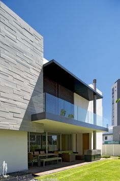 Is there a company in Slu specializing in the fabrication and installation of glass balustrades?