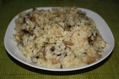 Ingredientes: -1 taza de arroz -1/2 taza de vino blanco – 1/2 brick de caldo de pollo (puede sustituirse por 1/2 litro de agua con una pastilla de concentrado, tipo Avecren) -1/2 cebolla o ce…
