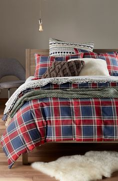 The rich colors and classic plaid are giving a cozy vibe to this rustic look.