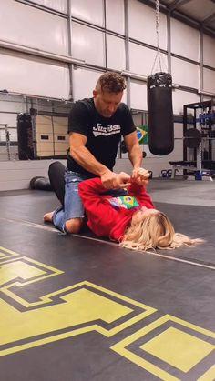 Self Defense Moves, Self Defense Martial Arts, Martial Arts Techniques, Self Defense Techniques, Martial Arts Workout, Martial Arts Training, Jiu Jitsu Training, Jiu Jitsu Techniques, Ju Jitsu
