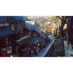 【suagasawatorapm】さんのInstagramをピンしています。 《見上げる #京都 #産寧坂 #桜 #古都京都 #フィルム #奥行き同盟 #kyoto #okuyuki #photography #filmcamera #cherry #カメラ好きな人と繋がりたい #京都好きな人と繋がりたい》