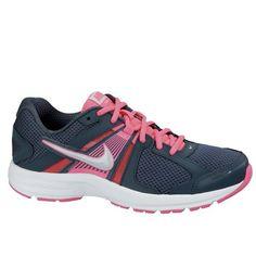 c9760b5795c25 De Nike Dart 10 is een tweekleurige sportieve hardloopschoen voor dames.   hardloopschoen  running