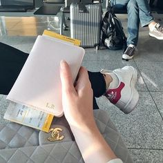 @linnearegnander shows us her pink passport holder with initials in gold on her way #upintheair ✈️ Get yours at www.deriwe.com, link in bio  #deriwe