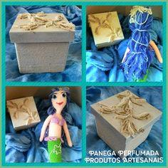 Caixnha decorada com perolas e renda. ao lado uma linda sereia em crochê amigurumi.