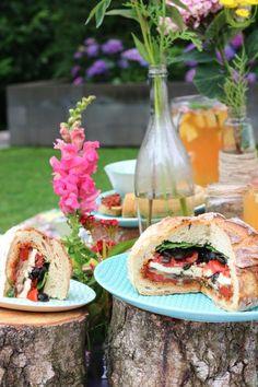 Dit brood is perfect om mee te nemen naar een picknick of als je een dagje erop uit gaat. Een heerlijk vegetarisch recept met gegrilde groenten, mozzarella en