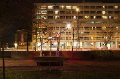 Amsterdam Light Art has been given a permanent place on TU Delft campus! On 27 July, TU Delft students installed their self-built light art work Street Light Evolution on the university campus! This art work was on display at the Weesperstraat during last year's festival and shows the development of street lights over the centuries!