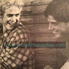 Last photo of the night before I go to bed. Typically, this one is one of my most favorite of the rare Outsiders photos. I don't own the pic. The pic be. Tommy and Ralph Rare Photo of The Outsiders The Outsiders Preferences, The Outsiders Imagines, Rare Images, Rare Photos, Sad Movies, I Movie, Ralph Macchio The Outsiders, The Outsiders Cast, Kai