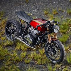 Take a peek at just a few of my most favorite builds - customized scrambler ideas like this Cb400 Cafe Racer, Cafe Racer Honda, Cafe Racer Build, Cafe Racers, Moto Cafe, Cafe Bike, Brat Bike, Cafe Racer Motorcycle, Honda Cb750