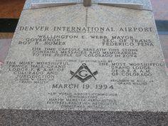 """Piedra conmemorativa en el Aeropuerto Internacional de Denver, calificado como """"Aeropuerto del Nuevo Mundo"""""""