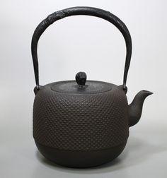 虎山 なつめ型あられ鉄瓶/Natsume-gata Arare tetsubin kettle by Kozan
