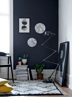 Du skal bruge: marmormønstret hyldepapir, tallerken, kuglepen og saks.   Sådan gør du: Vi brugte tallerkner med en diameter på 22 og 26 cm som skabeloner. Tegn omridset af tallerknerne med en kuglepen på bagsiden af hyldepapiret. Klip cirklerne ud. Tør væggen af med en fugtig klud, så den er fri for støv. Fjern papiret fra bagsiden af de udklippede cirkler, og klæb dem på væggen. Stryg hånden hen over cirklerne, så de kommer til at sidde helt glat på væggen.