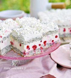 """Pełna blacha pyszności. Biszkopt jest z makiem i delikatnie pachnie migdałami. - Krem zrobiłam z sera, bitej śmietany i usztywniłam go galaretką. Jest lekki i nie za słodki, waniliowy. Kwaskowate porzeczki orzeźwiają. Zamiast porzeczek można użyć borówki - radzi Natalia Kudela, autorka bloga """" Mała cukierenka """". No Bake Desserts, Delicious Desserts, Yummy Food, Baking Recipes, Cake Recipes, Dessert Recipes, Caking It Up, Fashion Cakes, Polish Recipes"""