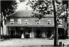 Hostellerie van Gaelen vroeger:  Dat het dorp Heeze vaak door schilders werd bezocht, is mede te danken aan logementhouder Jan van Dijk die kunstenaars onderdak bood in ruil voor schilderijen. Gedurende het begin van de vorige eeuw groeide het interieur van Hotel van Dijk dicht met schilderijen (collectie RHCe). Klik op de afbeelding!