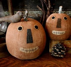 A Pair of Jacks and a Crow Pumpkin Man, Primitive Pumpkin, Primitive Folk Art, Primitive Autumn, Halloween 2018, Fall Halloween, Halloween Party, Halloween Ideas, Primitive Fall Decorating