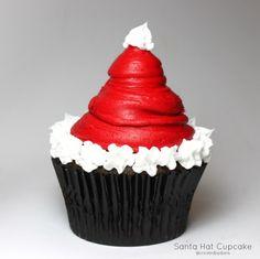 Santa Hat Cupcake -- Christmas Cupcakes- Definitely making these! Cupcake Christmas, Christmas Sweets, Noel Christmas, Christmas Goodies, Christmas Decor, Christmas Parties, Christmas Ideas, Christmas Pudding, Xmas Party