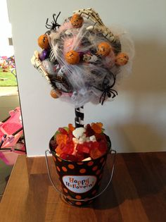 Halloween sweetie tree - Real Time - Diet, Exercise, Fitness, Finance You for Healthy articles ideas Halloween Candy Bar, Halloween Gift Baskets, Halloween Class Party, Halloween Fonts, Halloween Sweets, Scary Halloween Decorations, Spooky Decor, Holidays Halloween, Halloween Crafts