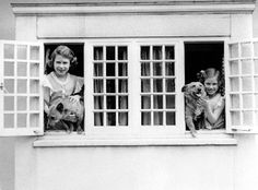 Princess Elizabeth & Princess Margaret in at play in their Wendy house 'Y Bwthyn Bach' in the grounds of Windsor's Royal Lodge Princess Margaret, Margaret Rose, Elizabeth Of York, Queen Elizabeth Ii, Queen Liz, Royal Lodge, Princesa Elizabeth, Royal Welsh, Royals