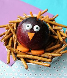 Do you struggle to get your kids to eat good food? Try one of these fun, cute & healthy snack ideas your kids are sure to love. Cute Snacks, Cute Food, Good Food, Party Snacks, Food Art For Kids, Cooking With Kids, Children Food, Creative Snacks, Plat Simple