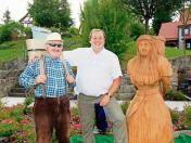 In Holz verewigte Dorfgeschichte Zu seinem 20-jährigen Bürgermeister-Dienstjubiläum hat Uwe Heimrich seiner Gemeinde Christes eine große Holzskulptur für den Dorfplatz gestiftet. Diese wurde am Wochenende feierlich enthüllt.