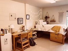 Comfortable and cute dorm room in the style of a college room 5 College Bedroom Decor, Cool Dorm Rooms, College Dorm Rooms, Room Ideas Bedroom, College Dorm Decorations, Usc Dorm, Girl Dorm Decor, Dorm Room Setup, Boho Dorm Room