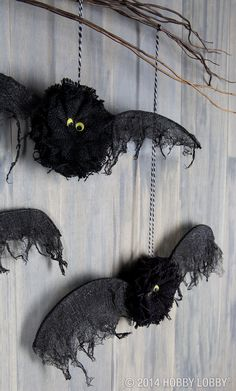 Love how perfectly eerie these bats are? Just use black burlap flowers for the body and it couldn't be any easier!