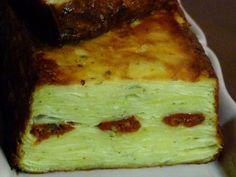 Gâteau invisible de pommes de terre au parmesan, pesto et tomates séchées Pesto, Lasagna, Ethnic Recipes, Food, Potato Slices, Sliced Apples, Parmesan Potatoes, Ham And Cheese, Essen