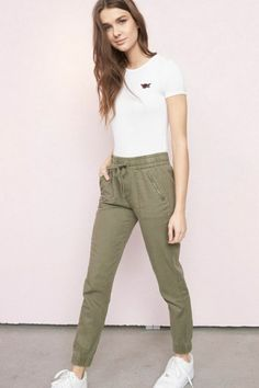 From tops and rompers to dresses and essential denim, shop the latest trends and update your look from head-to-toe. Jogger Pants Outfit, Jogging Outfit, Jogger Pants Style, Joggers, Fashion Pants, Fashion Outfits, Sporty Fashion, Ski Fashion, Fashion Women