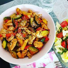 Feiertags-Mittagessen 🥙 Bowl mit Gemüse (rote + gelbe Paprika und Zucchini) Putennuggets und ein paar Dinkelnudeln 🌶 dazu grüner Salat mit Cocktailtomaten 🍅 und alles mit Sesam und Kräuter bestreut 🥗 😋 #mittagessen #gemüsebowl #putennuggets #lowcarb #lunch #healthyfood #cleaneating #leckeressen #cooking #gesundern%C