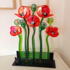 Poppies made by Caroline Hertz Fused Glass Jewelry, Fused Glass Art, Mosaic Glass, Stained Glass, Plastic Bottle Flowers, Glass Flowers, Glass Birds, 2 Liter Crafts, Glass Fusion Ideas