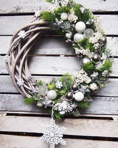 In this DIY tutorial, we will show you how to make Christmas decorations for your home. The video consists of 23 Christmas craft ideas. Christmas Advent Wreath, Xmas Wreaths, Christmas Decorations To Make, Diy Christmas Gifts, All Things Christmas, White Wreath, Woodland Christmas, Jingle All The Way, Wreaths