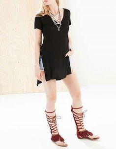Blusa negra y sandalia romanas