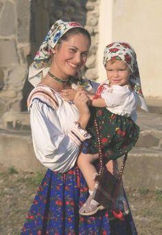 romanian woman baby children folk traditional old clothing eastern european women rumänien rumänen Folk Costume, Costumes, Mode Russe, Romanian Women, Romanian Flag, Romanian People, People Of The World, Mothers Love, Mother And Child