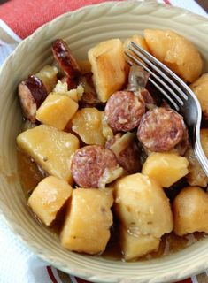 Hope you are having a wonderful start to your week! And today I have brought you a wonderful weeknight (or any night for that matter) Crockpot Sausage & Potatoes dinner idea. And I know you