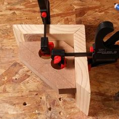 a corner jig that is easy to clamp in place and holds corners perfectly square w… – Handwerk und Basteln Woodworking Jigsaw, Woodworking Hand Tools, Beginner Woodworking Projects, Woodworking Clamps, Wood Tools, Woodworking Techniques, Woodworking Furniture, Woodworking Shop, Wood Jig