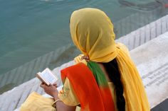 https://flic.kr/p/99Kebe | lecture au bord du bassin, temple d'or Amritsar, golden temple, Inde, India, (Philippe Guy)