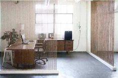 Lihat contoh 12 penyekat ruangan dari bahan recycle di bawah ini: Penyekat ruangan dari botol bekas, Penyekat ruangan terbuat dari piringan hitam (vinyl records), Penyekat ruangan terbuat dari CD /DVD bekas, Penyekat ruangan terbuat dari nomor plat kendaraan, Penyekat ruangan dari pipa PVC (paralon), Penyekat ruangan dari tali,