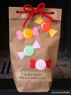 La classe della maestra Valentina: I DOLCETTI DELLA BEFANA Fun Crafts, Diy And Crafts, Crafts For Kids, Diy Paper, Paper Crafts, Baby Gift Wrapping, Art Party, Party Bags, Creative Gifts