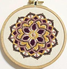 מיכל רקמה על הדפס ג'וליקה, מנדלה יפייפיה וחמימה Play, Embroidery, House, Hand Embroidery, Mandalas, Breien, Needlework, Needlepoint, Home