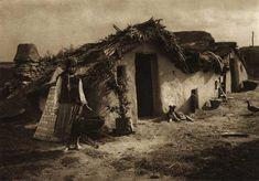 Album fascinant captat in Romania acum 82 de ani - CYD. Old Pictures, Old Photos, Vernacular Architecture, Vintage Farm, Dark Ages, Farm Life, Farm House, 1, Traditional