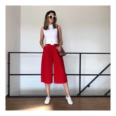 La imagen puede contener: una o varias personas, personas de pie e interior Summer Office Outfits, Office Outfits Women, Stylish Work Outfits, Trajes Business Casual, Business Casual Outfits, Professional Outfits, Cullotes Outfit Casual, Mode Style, Jumpsuits For Women