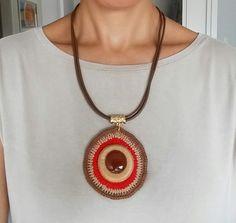 Colar Rubi Crochet Pouch, Form Crochet, Crochet Mandala, Crochet Patterns, Diy Jewelry, Jewelry Necklaces, Jewellery, Key Necklace, Christmas Diy
