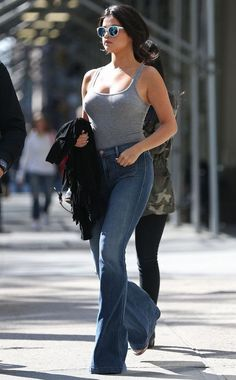 Guita Moda: Street Style: Selena Gomez, look básico, regata cinza, calça flare jeans