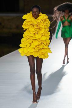 Valentino Fall Winter 2021-22 Haute Couture fashion show 'Valentino Des Ateliers' in Venezia, Italy (July 15, 2021). Fashion News, Fashion Beauty, Fashion Looks, Womens Fashion, Fashion Show Collection, Couture Collection, Valentino Couture, Haute Couture Fashion, Art Of Beauty